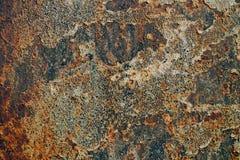 生锈的铁,老金属表面上的破裂的油漆,生锈的金属板料纹理与破裂和片状油漆,腐蚀, de的 免版税库存图片