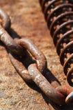 生锈的链子和卷的部分 免版税库存照片