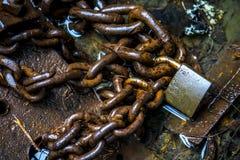 生锈的链子和锁 图库摄影