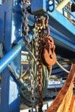 生锈的链子和绳索在渔拖网渔船 图库摄影