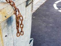 生锈的链子锁了与在钢垃圾箱的挂锁 免版税库存图片