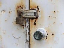 生锈的锁和门闩附有被风化的金属双门 库存照片