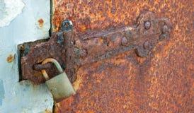 生锈的锁着的坚实金属门折页挂锁 免版税库存照片