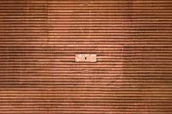生锈的锁着的车库门 免版税库存照片