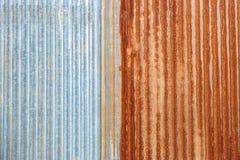 生锈的锌波状钢金属房屋板壁 图库摄影