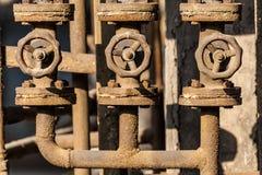 生锈的阀门和管子 库存照片