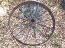 生锈的马车车轮 免版税库存图片