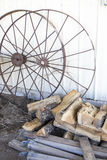生锈的马车车轮 库存图片