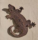 生锈的鬣鳞蜥金属室外/室内墙壁装饰 库存照片