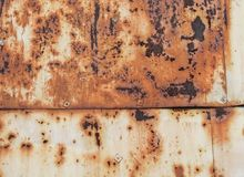 生锈的黄色被绘的金属墙壁 与铁锈铁锈条纹的生锈的金属背景弄脏 库存照片