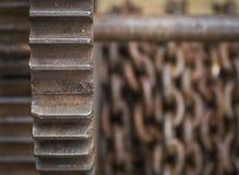 生锈的齿轮和链背景 库存图片