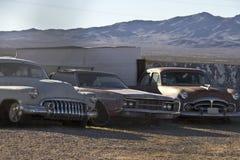 生锈的经典汽车在沙漠 免版税库存图片
