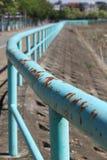 生锈的绿松石栏杆 图库摄影
