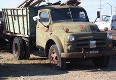生锈的绿色推托三吨卡车 库存照片