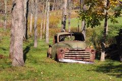 生锈的绿色汽车 库存照片
