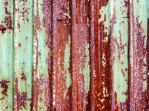 生锈的绿色被绘的金属墙壁 免版税库存图片