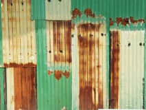 生锈的绿色绘了有破裂的油漆的,纹理颜色金属墙壁 免版税图库摄影