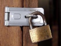 生锈的黄铜关键锁 库存图片