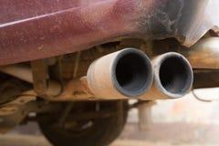 生锈老管子汽车的尾气 免版税库存照片