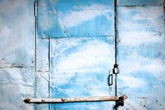 生锈蓝色门的停车库 免版税库存图片