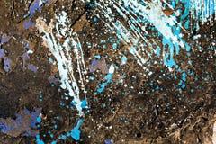 生锈金属片与油漆飞溅并且崩裂 免版税库存图片