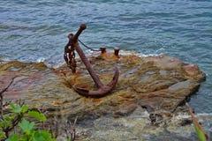 生锈锚点的岩石 免版税库存图片