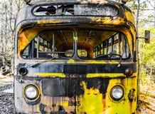 生锈,老, junked汽车在森林 免版税库存照片