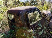 生锈,老, junked汽车在森林 免版税库存图片