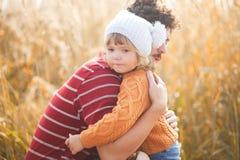 生镇静dowm他逗人喜爱的矮小的女儿,哭泣的孩子 图库摄影
