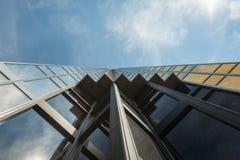生长入天空的玻璃摩天大楼在多伦多,加拿大 免版税库存照片