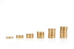 生长在白色背景隔绝的一欧洲硬币堆 免版税库存照片