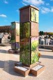 生长垂直的殡葬缸巴黎郊区 库存照片