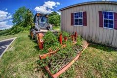 生长通过老刈草机的植物 免版税库存图片