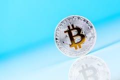 生长bitcoin概念大模型 在蓝色背景,与空的空间的独特的看法的隐藏货币硬币文本的 库存图片