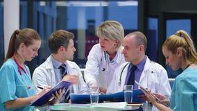 医生队开会议在会议室 股票视频