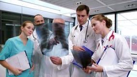医生队谈论在X-射线报告 影视素材