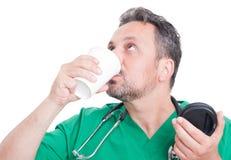 年轻医生饮用的咖啡 免版税库存照片