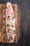 生鱼内圆角用草本和香料在黑暗的切板 图库摄影