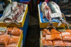 生鱼在鱼市上 免版税库存图片