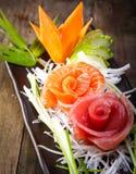 生鱼沙拉,生鱼片装饰 免版税库存照片