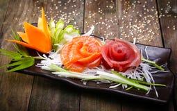 生鱼沙拉,生鱼片装饰 图库摄影