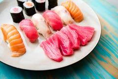 生鱼片和寿司板材  图库摄影