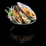 生鱼片用在一个黑色的盘子的淡菜 在黑背景机智 免版税库存图片