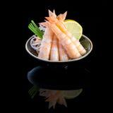 生鱼片用在一个黑色的盘子的虾 在黑背景与 库存图片