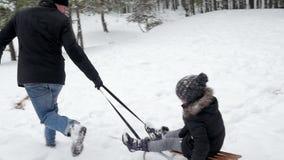 生,拉扯他的雪撬的女儿 96fps 股票录像