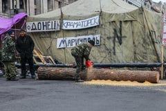 生活。木柴。Euromaidan,在抗议10.04.2014以后的Kyiv 图库摄影