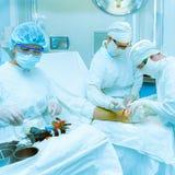 医生给一名患者作手术 免版税库存图片