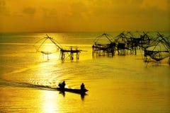 生活亚洲渔夫和竹子机械 免版税库存照片