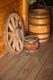 生活俄国农民的元素16-19个世纪 木马车车轮,桶 俄国 免版税库存照片