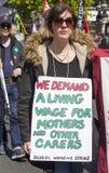 生活工资的抗议者在劳动节集会 免版税库存图片